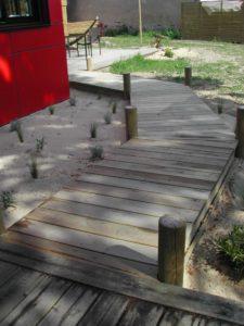 chemin bois terrasse plante