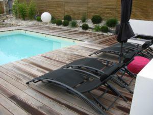 chaise longue terrasse piscine bois