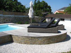 chaises longues piscine terrasse bois