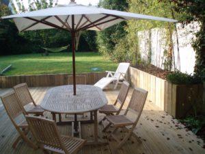 salon jardin terrasse bois parasol
